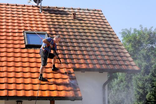 Nettoyage toiture comment s 39 y prendre quelles sont les for Brosse telescopique pour toiture