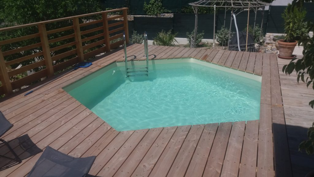Pose piscine sur terrasse en bois photos par tapes for Piscine hexagonale en bois