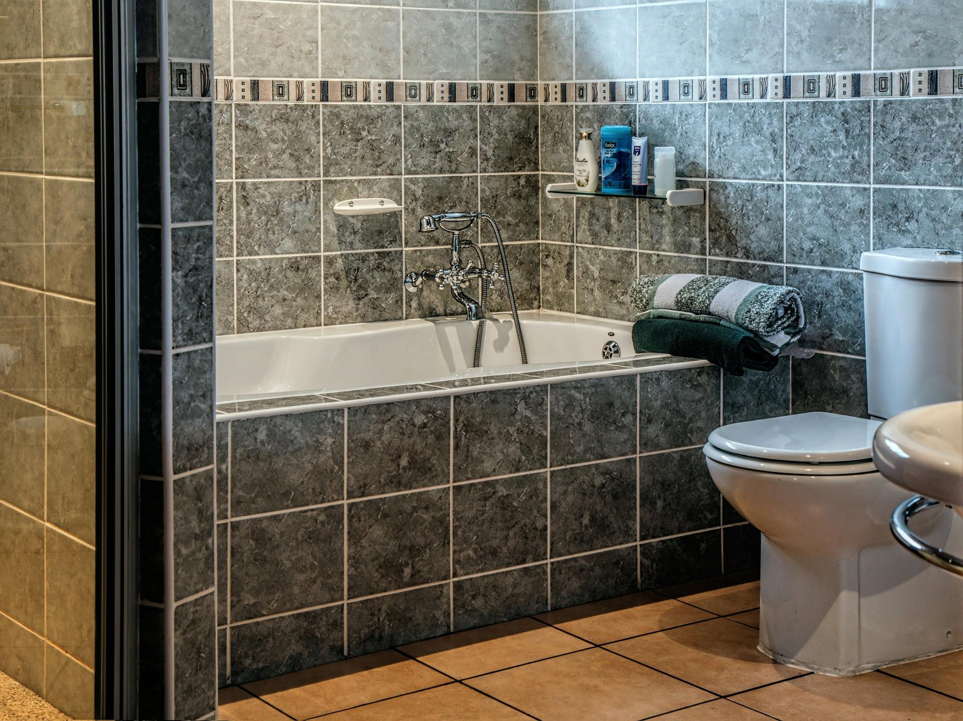 Carreler une baignoire de salle de bain