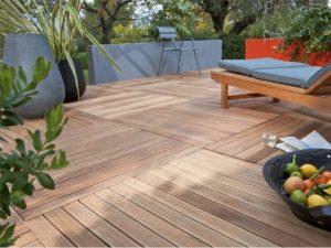 Terrasse en dalles de bois exotique