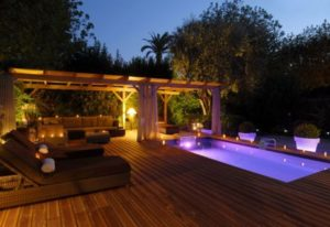 Terrasse bois piscine éclairée avec pergola