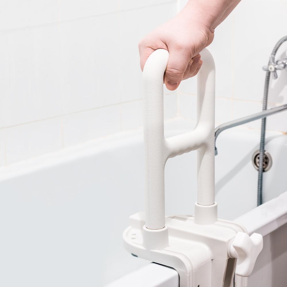 Salle de bains et douche PMR : quelles normes à respecter et quels