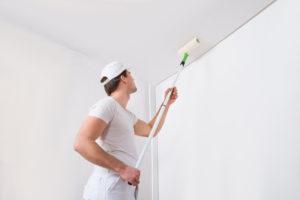 Mise en peinture du plafond par un artisan