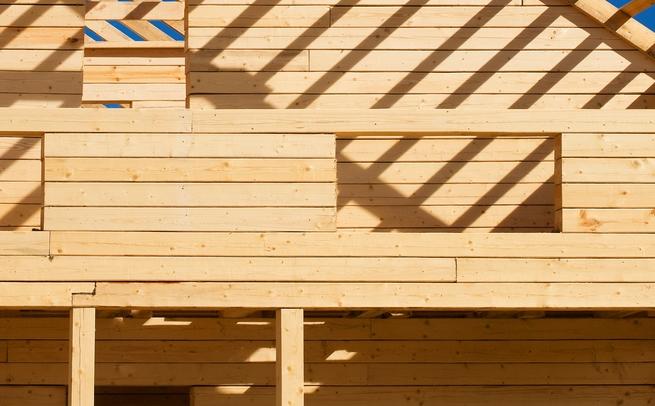 Construction d'une terrasse sur pilotis en bois