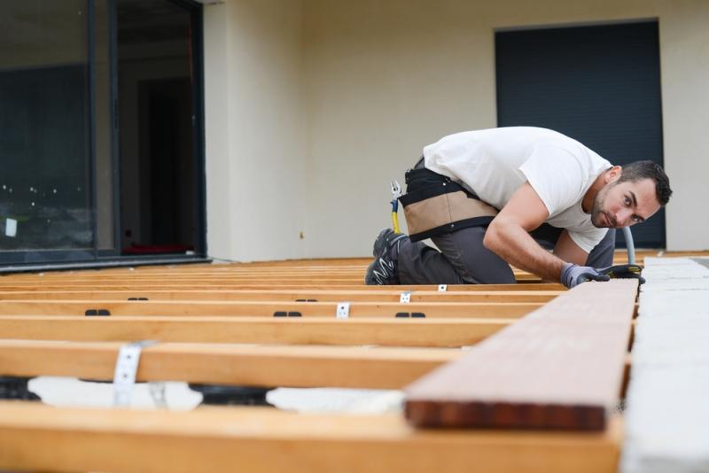 Pose d'un plancher de terrasse par un artisan