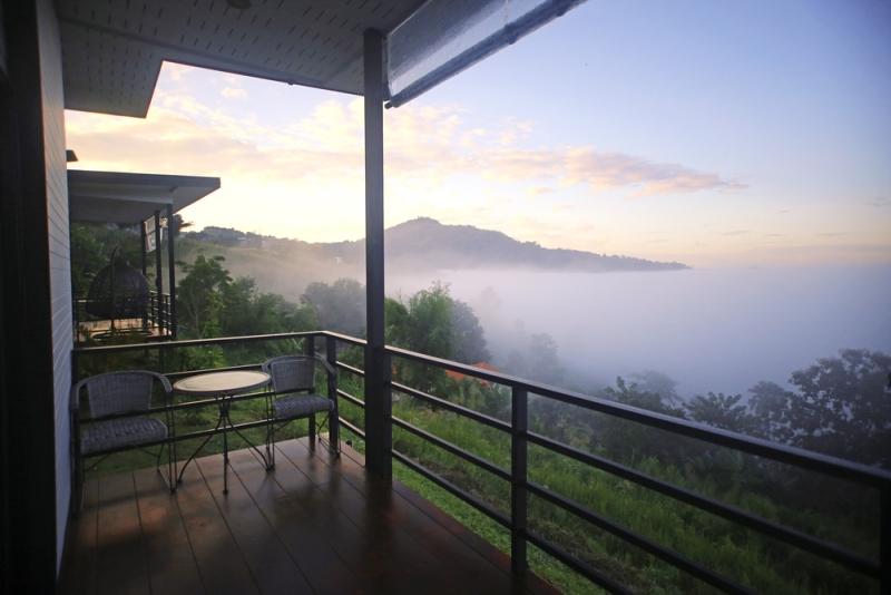 Terrasse suspendue couverte en acier