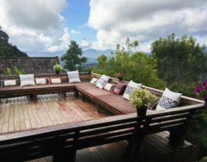 Terrasse suspendue en bois massif