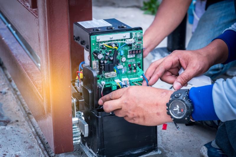 Installation et test d'un automatisme de portail par un technicien