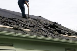 Retrait de l'ancienne couverture de toiture