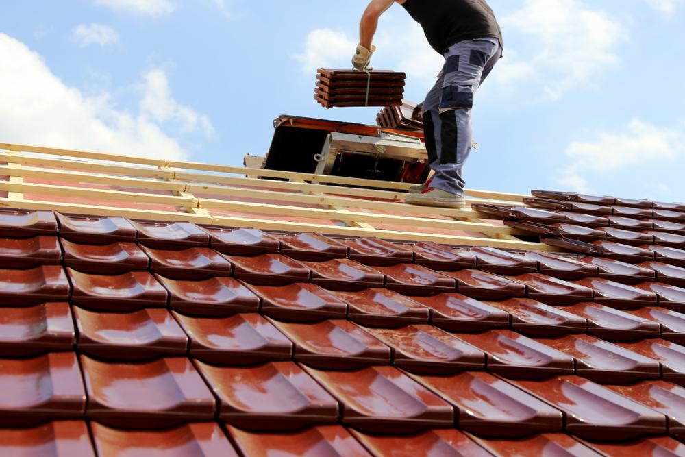 Pose de couverture de toiture en tuiles