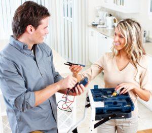 Electricien en train d'utiliser un testeur dans la cuisine