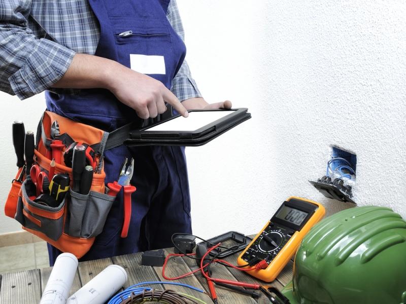 Électricien vérifiant la conformité des installations électriques domestiques