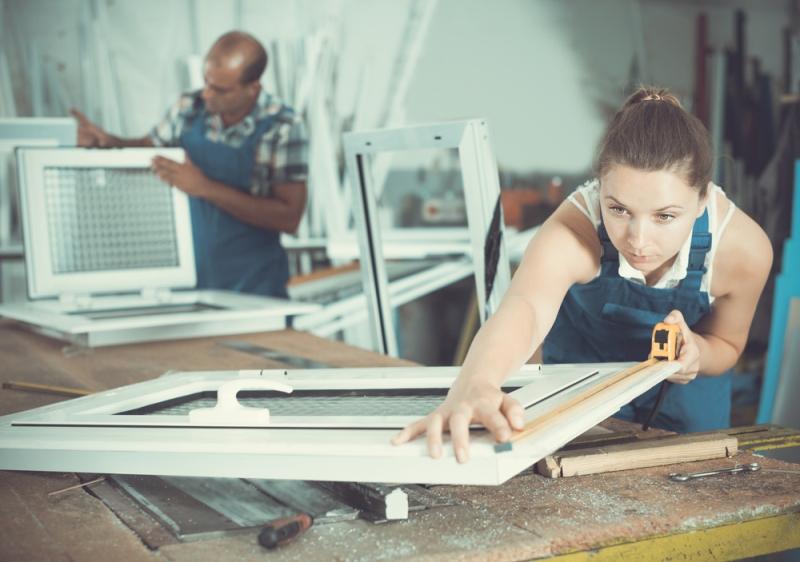Prise de mesure d'une fenêtre en atelier