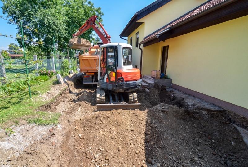 Location d'une mini-pelle pour des travaux de reconstruction maison