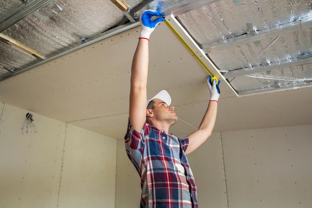 Prise de mesure d'un plafond suspendu