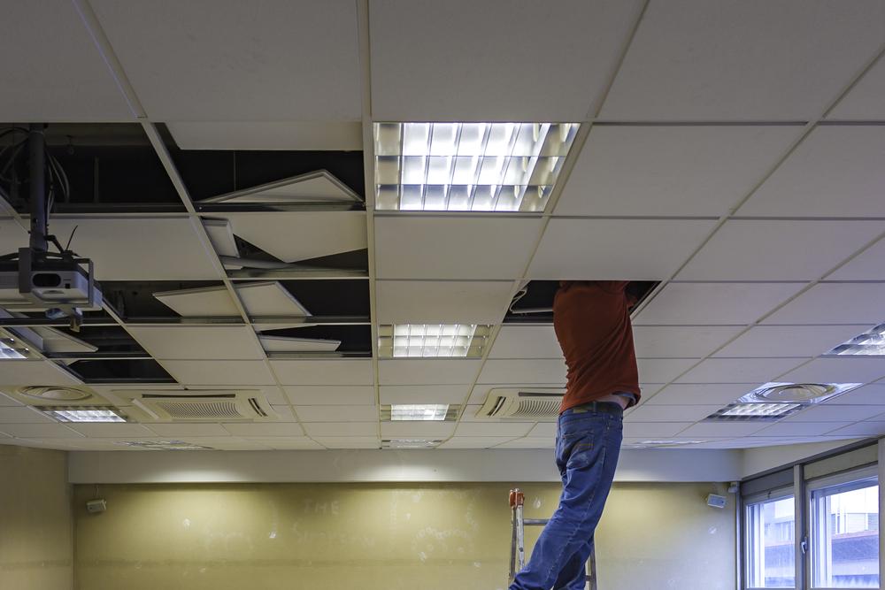 Rénovation d'un plafond suspendu endommagé