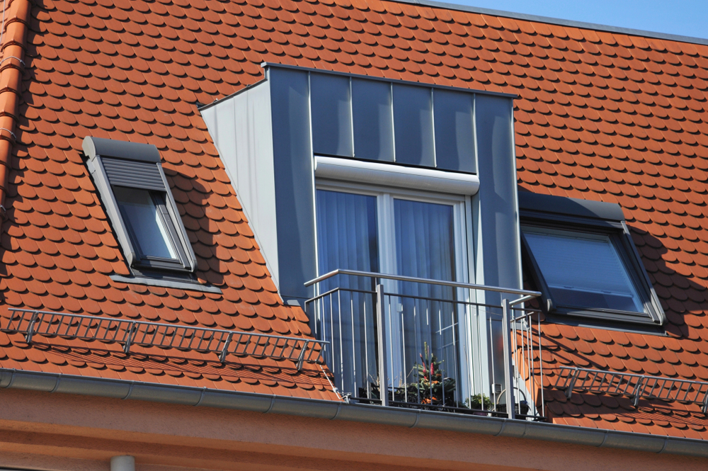 Fenêtre De Toit En Chien Assis Et Volet Roulant | Contacter Un Artisan Près  De Chez Moi