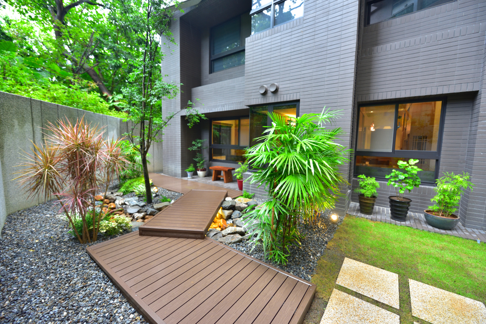 Am nager une all e d 39 entr e de maison id es prix et conseils de pro - Allee de jardin en bois ...