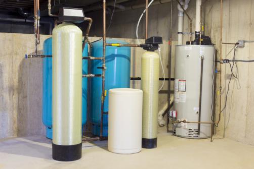 Adoucisseur d'eau installe avec d'autres equipements