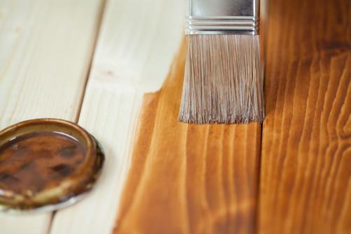 Application d'une couche de protection bois sur une terrasse