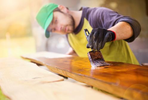 Application huile de teck pour la renovation d'une terrasse