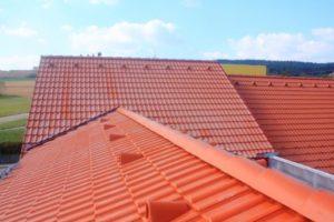 Couverture toiture en tuiles de beton rouges