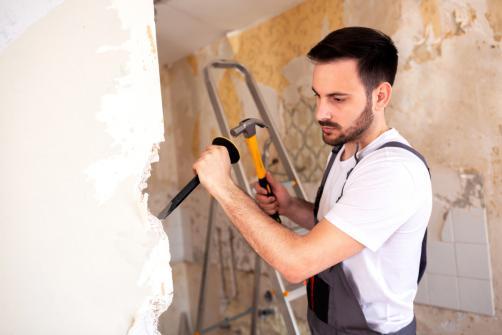 Demolition d'un mur facilite par un artisan