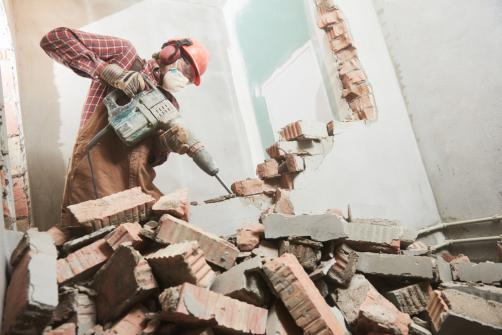 Demolition d'un mur interieur avec un marteau perforateur