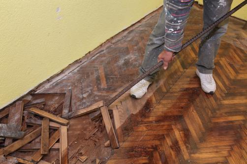 Demolition d'un vieux parquet en vue d'une renovation