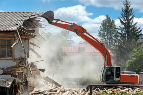 Demolition mur exterieur avec un excavateur