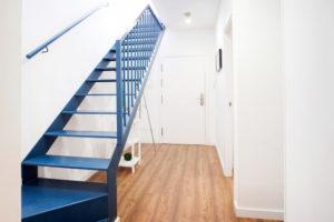 Escalier suspendu en fer avec main courante