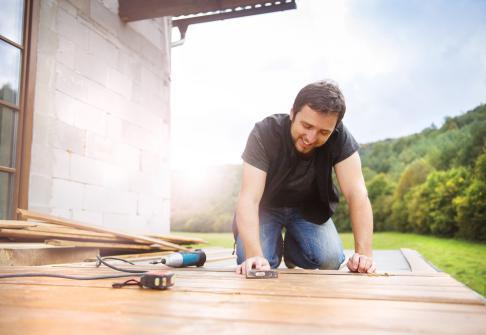 Pose de nouvelles lames de terrasse en bois