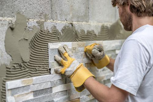 Pose de parement exterieur en pierre par un artisan