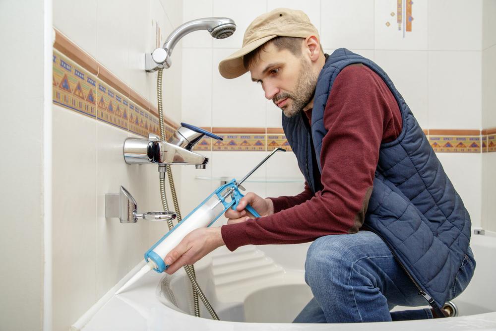 Pose d'une baignoire par un artisan