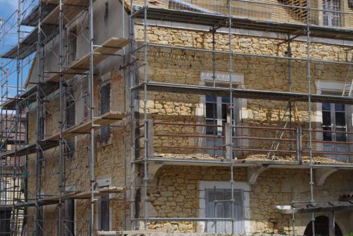 Utilisation d'un echaffaudage pour la renovation d'une facade ancienne en pierre