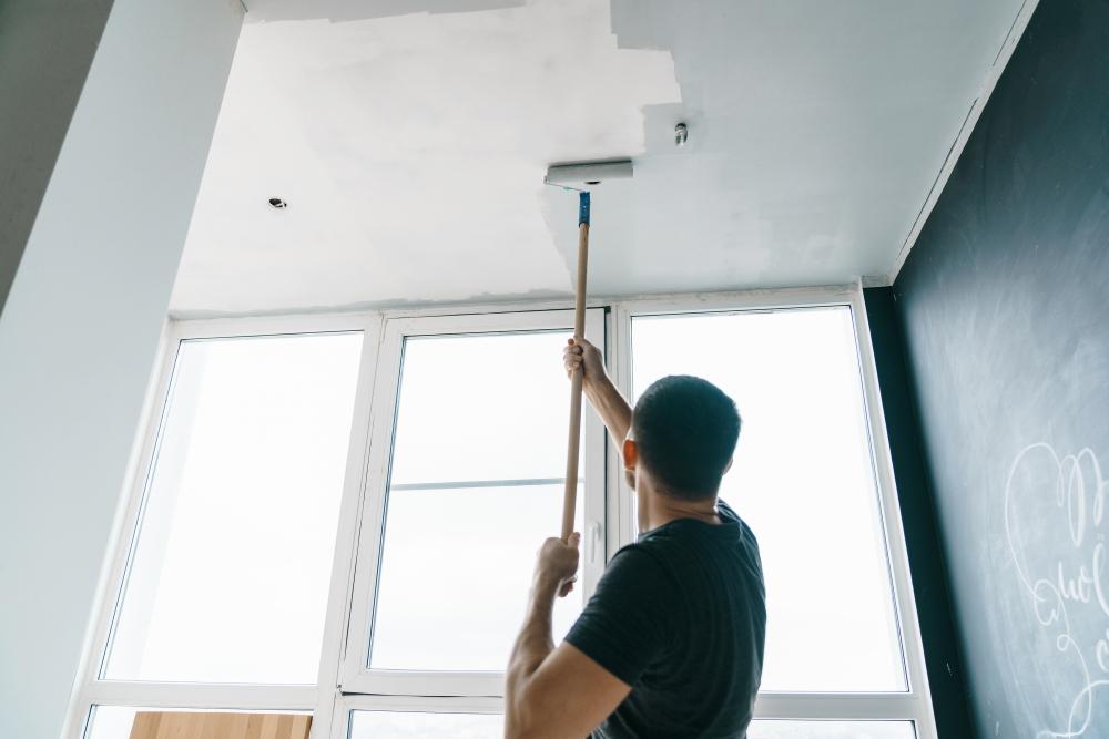 Application d'une couche de peinture pour plafond