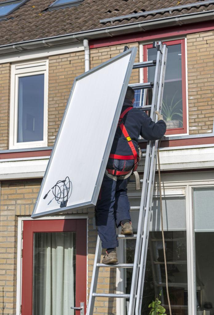 panneaux-solaires-échelle-toit