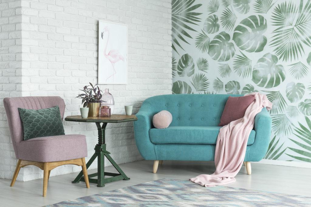 salon-coloré-mur-briques-blanches