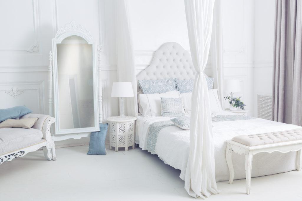 chambre-parentale-blanche-lit-à-baldaquin