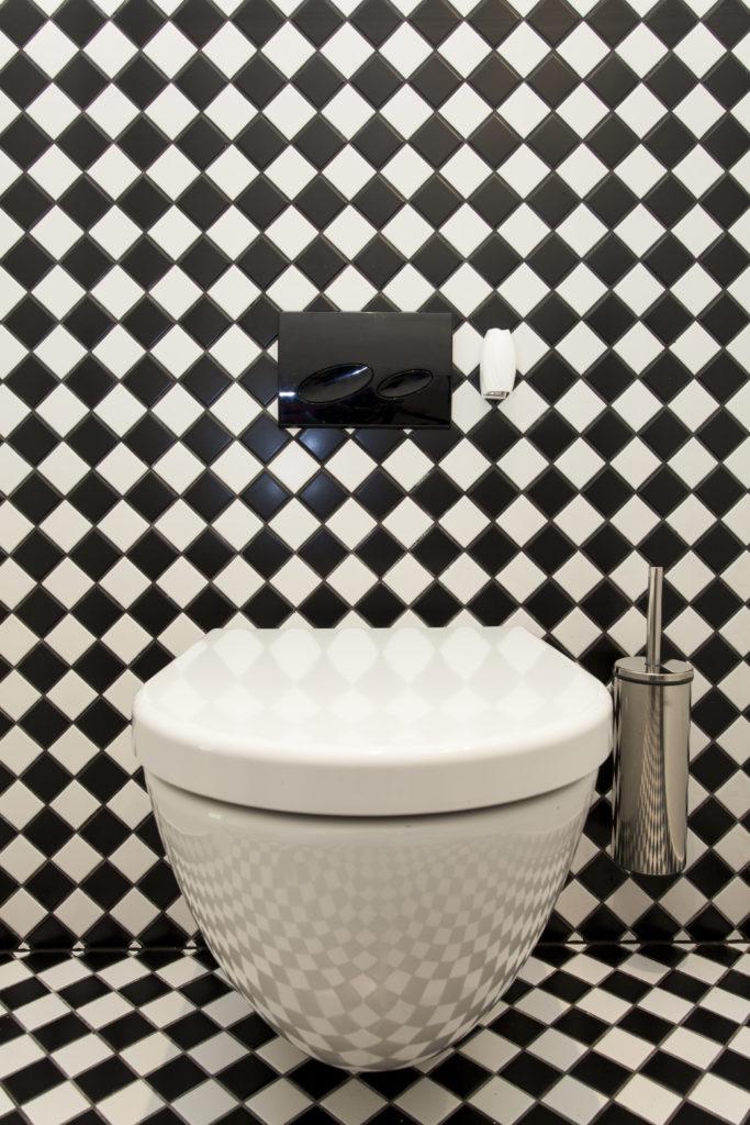 WC-murs-sol-mosaïques-noires-blanches