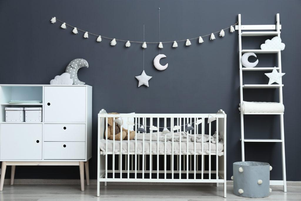 chambre-bébé-mur-gris-foncé