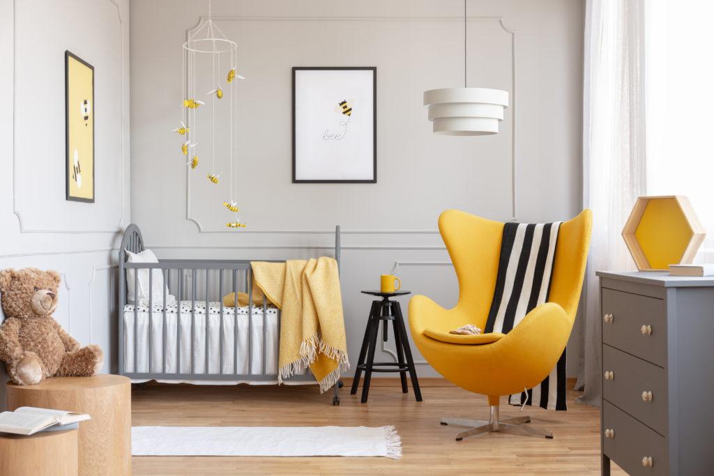 chambre-bébé-grise-fauteuil-moutarde