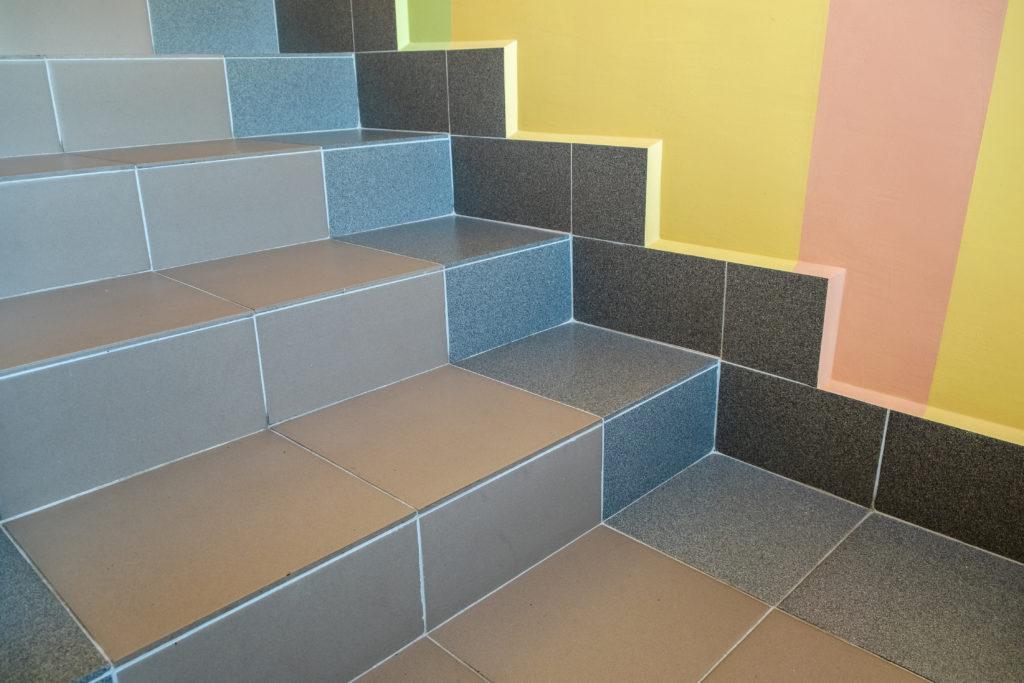 escalier-carrelge-gris