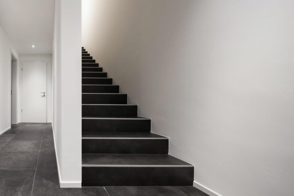 escaliers-carrelage noir
