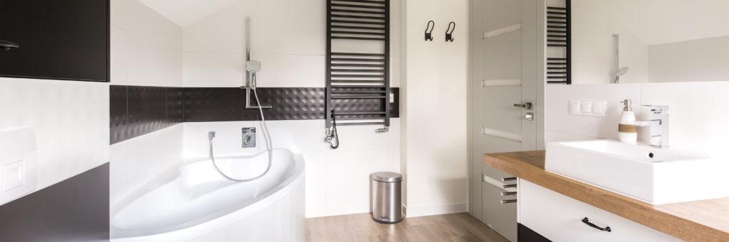 baignoire-angle-asymétrique-salle-de-bains-noire-blanche