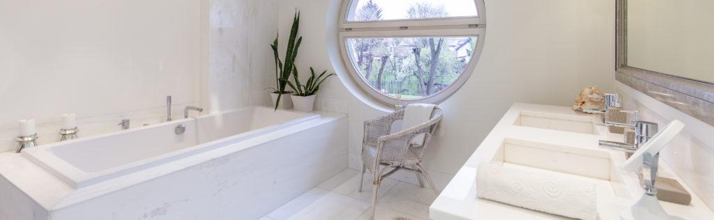 baignoire-rectangulaire-adossée-salle-de-bains-claire