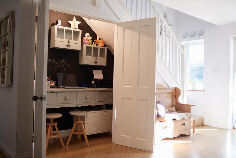 bureau-sous-escaliers-avec-porte