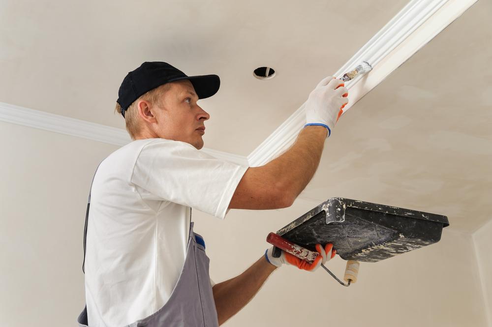 peintre-qui-êint-plafond-salle-de-bains