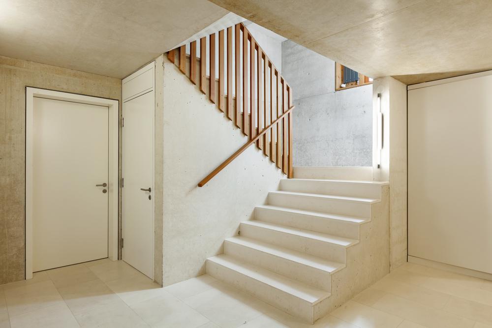 petit-espace-avec-porte-sous-escaliers