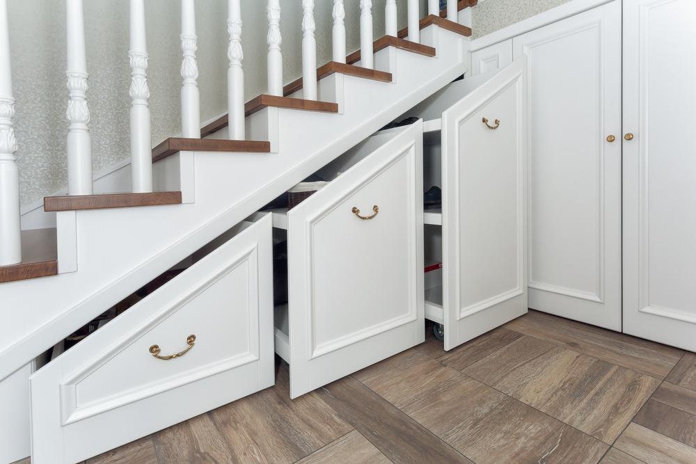 petits-rangements-avec-portes-sous-escaliers
